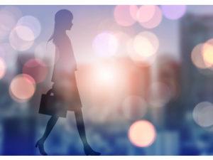 歩行する女性
